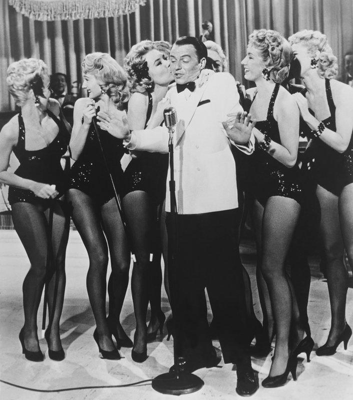 Der Eröffnungsabend im neuen Club ist ein voller Erfolg für Joe (Frank Sinatra, M.): Er bekommt einen Plattenvertrag. Doch der Erfolg ist nur von kurzer Dauer ... – Bild: Paramount Pictures