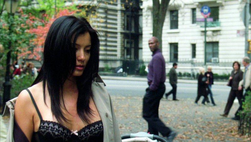 Reisebegleiterin Kelly Sun (Kelly Hu) ist vergewaltigt worden. Sie erinnert sich nicht an Umstände und Täter - was ist passiert? – Bild: MG RTL D