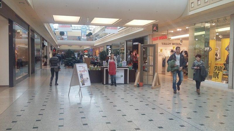 Experiment in einer Shopping-Mall: Ein Lockvogel verkauft vermeintlichen Glasreiniger in verschiedenen Verpackungsgrößen. Wer rechnet nach? – Bild: ZDF und Daniel Laudowicz.
