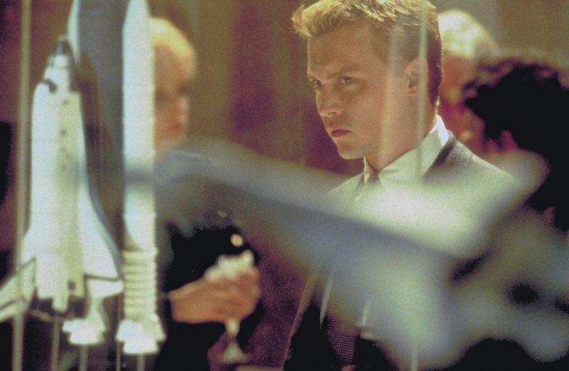 Statt weiterhin durchs All zu düsen, will Spencer (Johnny Depp) fortan eine New Yorker Militärflugzeugfirma beraten. Er geht schon bald völlig in seiner neuen Tätigkeit auf ... – Bild: 1999 New Line Productions, Inc. All Rights Reserved. Lizenzbild frei