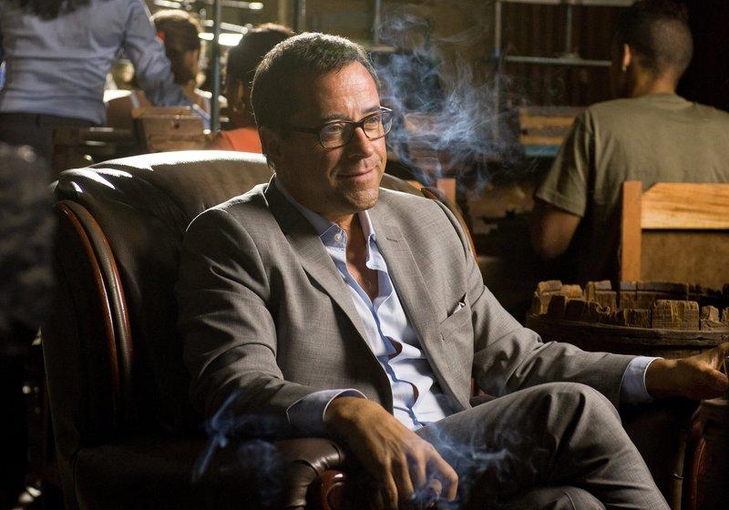 Vernau (Jan Josef Liefers) genießt seinen Besuch in Gebhardts Fabrik und raucht eine der Zigarren. – Bild: ZDF und Gordon Muehle.