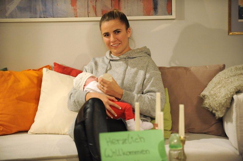 Valentina (Lilly Reulein) ist überglücklich mit ihrer Tochter Heidi. – Bild: BR/Marco Orlando Pichler