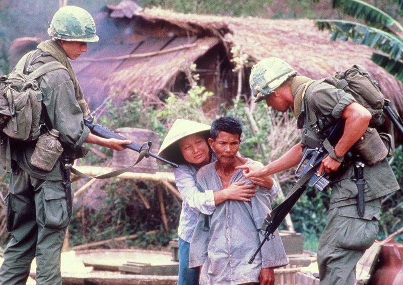 Amerikanische Soldaten drohen einem Bauern, ihn zu erschießen, wenn er ihnen nicht hilft. – Bild: ARD Degeto/Hemdale Film