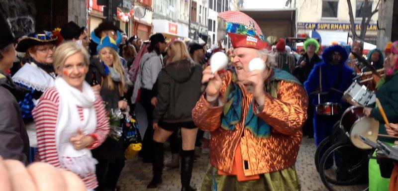 Der Kölner Karneval hat viele Gesichter und ALAAF YOU zeigt ihn, wie er wirklich ist und wie er in den Medien bislang nicht stattfand: Mittendrin im närrischen Treiben der Jecken, das sich auf den Straßen, in Kneipen und in Clubs abspielt, entdeckt der Zuschauer immer wieder prominente Gesichter. Mithilfe einer eigens programmierten App konnten die Kölner Karnevals-jecken ihre persönlichen Erfahrungen filmen und teilen. Erstmals sind sie nicht nur Statisten, sondern wurden selbst zu Filmemachern. - Tanzen in Ekstase ist in Köln keine Frage des Alters – Bild: WDR