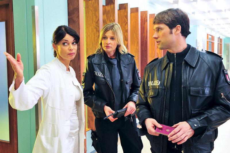 Melanie (Sanna Englund, M.) und Mattes (Matthias Schloo, r.) erkundigen sich bei Jasmin (Gerit Kling, l.) nach der verletzten Radfahrerin. – Bild: ZDF und Boris Laewen