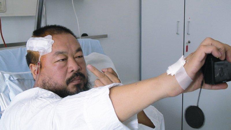 Der Film begleitet den chinesischen Bildhauer und Konzeptkünstler Ai Weiwei beim Aufbau einer großen Ausstellung und zeigt, wie der Aktivist immer wieder mit der chinesischen Regierung aneinander gerät. – Bild: Geo Television