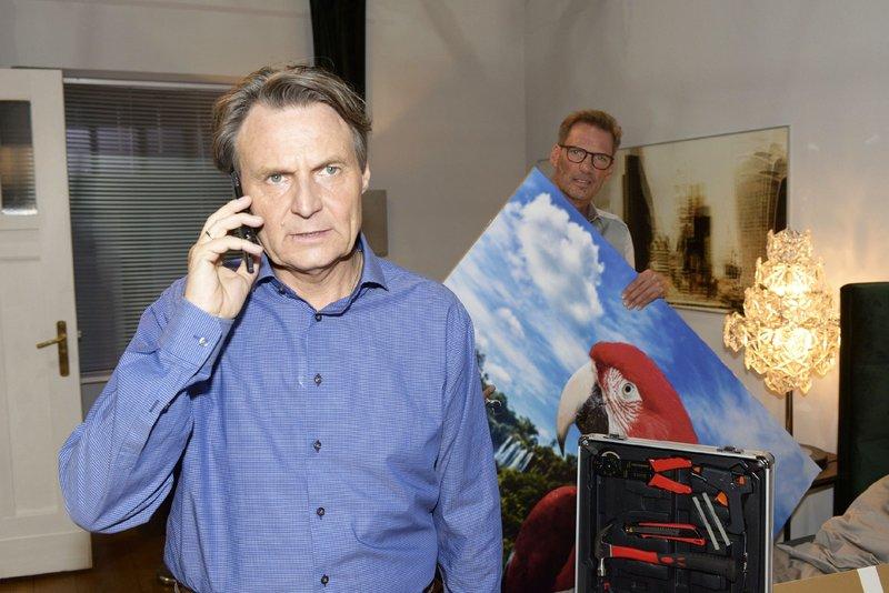 Im Beisein von Alexander (Clemens Löhr, hinten) versucht Gerner (Wolfgang Bahro) sein Problem mit dem Bild zu lösen. – Bild: TVNOW / Rolf Baumgartner