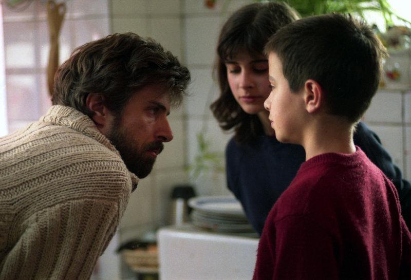 Nachdem Mutter und Ehefrau sie einfach so verlassen hat, müssen der kleine Tommi (Alessandro Morace), seine größere Schwester Viola (Marta Nobili) und Vater Renato – Bild: ARTE