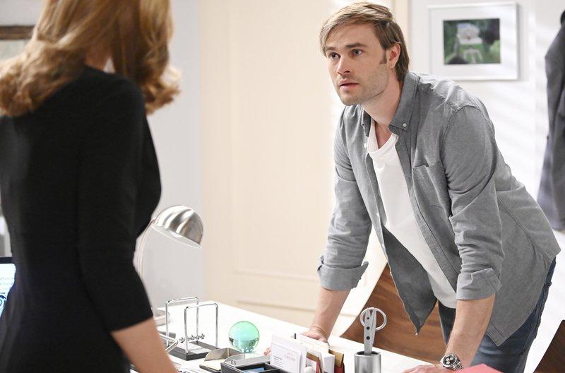 Steffen (Christopher Reinhardt, r.) ist fassungslos, als er erfährt, was Ariane (Viola Wedekind, l.) von ihm verlangt. – Bild: ARD/Saskia Pavek
