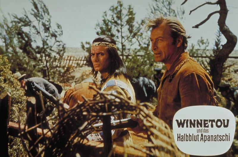 Apachenhäuptling Winnetou (Pierre Brice, l.) und sein Blutsbruder Old Shatterhand (Lex Barker, r.) ziehen aus, um die entführte Apanatschi zu befreien ... – Bild: Kabel Eins