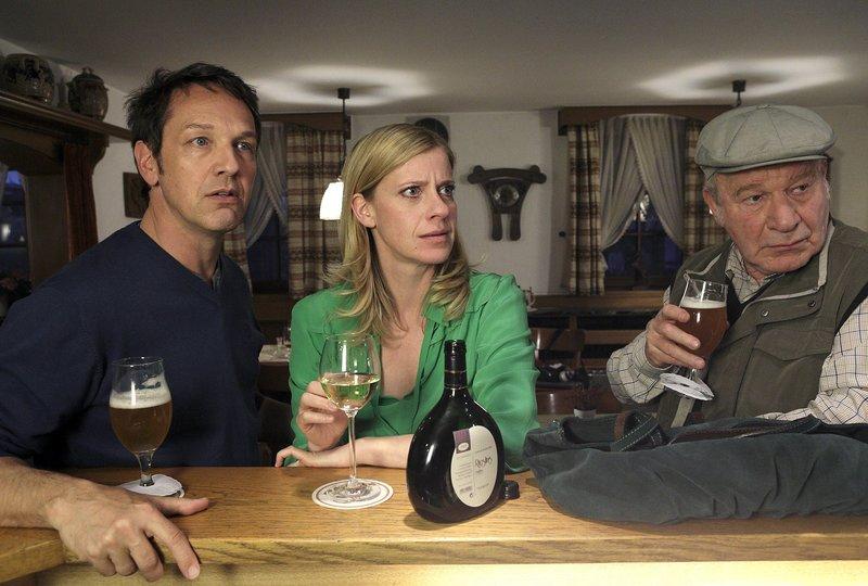 Sophie Haas (Caroline Peters, M.) muss ihrem Vater zuliebe in Hengasch bleiben und trifft sich mit Andreas Zielonka (Max Gertsch, l.) und dessen Vater Hans (Michael Hanemann, r.) im Gasthof. Doch die Runde wird durch eine Neuigkeit aufgeschreckt. – Bild: WDR/ARD/Michael Böhme
