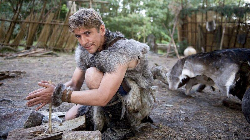Aufnahmeprüfung für Fritz (Guido Hammesfahr), er muss Feuer machen im Steinzeit-Camp - natürlich ohne Streichhölzer. – Bild: ZDF/Antje Dittmann