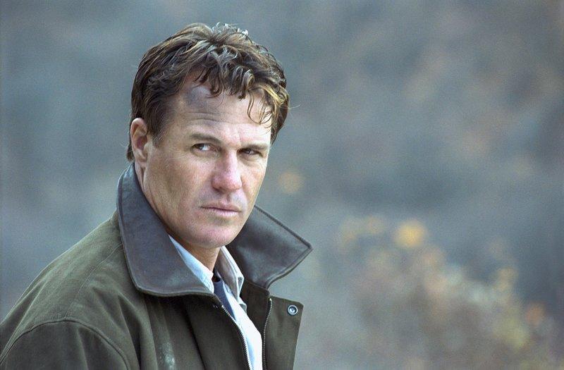 Stephen (Brad Johnson) schließt sich den Rebellen an, wild entschlossen, seine Tochter zu retten. – Bild: Tele 5