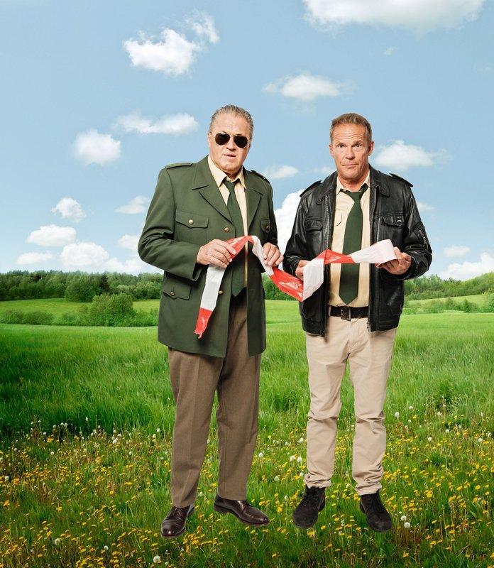 L-R: Polizeiobermeister Reimund Girwidz (Michael Brandner) und Franz Hubert (Christian Tramitz) – Bild: Emanuel A. Klempa