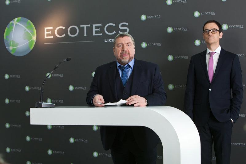 """Pressekonferenz der Firma """"Ecotecs"""". Thomas Theissen (Armin Rohde) und Roland Klostermeier (Anian Zollner) beziehen Stellung zu der Firmenaffäre. Die Details werden Ina Roth sicherlich nicht gefallen. – Bild: ZDF und Daniela Incoronato"""