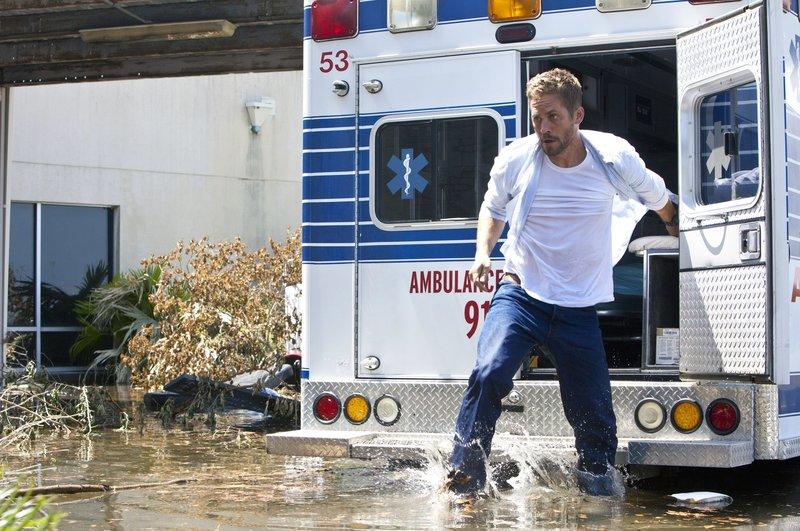 Auch das Radio im Rettungswagen funktioniert nicht, Nolan (Paul Walker) in einem erbitterten Wettlauf gegen die Zeit. – Bild: ZDF und Skip Bolen