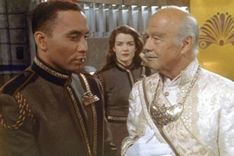 Der Imperator der Centauri (Turhan Bey, r.) im Gespräch mit Dr. Franklin (Richard Biggs, l.). – Bild: ProSieben MAXX