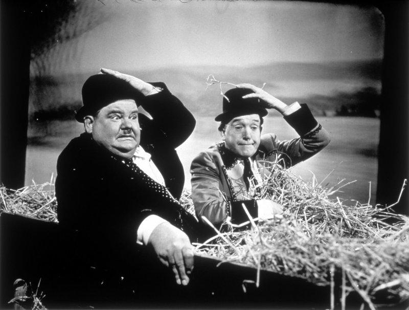 Oliver (Oliver Hardy, l.); Stan (Stan Laurel, r.) – Bild: 1945 Twentieth Century Fox Film Corporation. Lizenzbild frei
