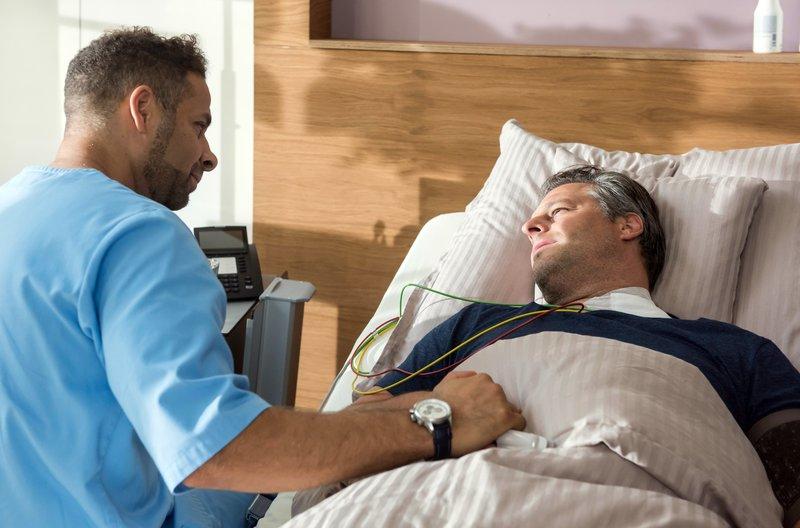 Bei Piet Knaute (Sebastian Nakajew, r.) reagiert Dr. Matteo Moreau (Mike Adler, l.) ungewöhnlich emotional. – Bild: ARD/Jens Ulrich Koch
