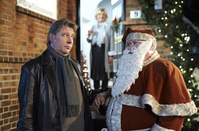 Der Weihnachtsmann Karim Histedt (Horst Krause, r.) führt Dirk Matthies (Jan Fedder, l.) zu Haus seiner Jugendliebe Kristin (Saskia Vester, im HG). – Bild: ARD/Sandra Hoever