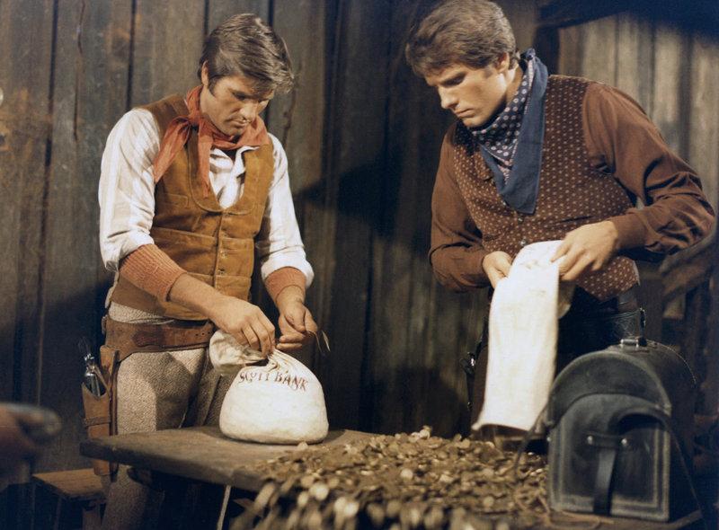 Bei einem Bankraub haben Ted (Nino Benvenuti, l.) und Monty (Giuliano Gemma) nur Säcke mit Centstücken erbeutet. – Bild: MDR/Bavaria Media