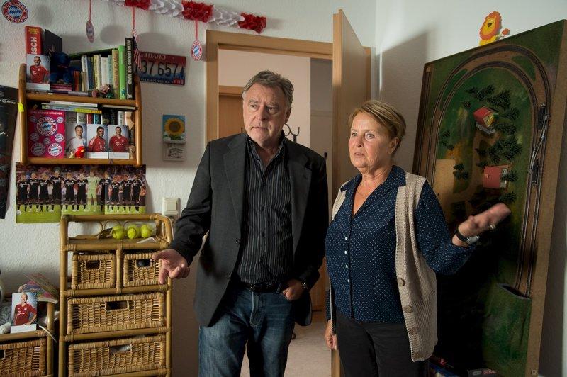 Hajo (Andreas Schmidt-Schaller, l.) schaut sich mit der Oma (Petra Kelling, r.) des entführten Jungen das Zimmer von Anton an. Vielleicht findet Hajo dort Hinweise, die der SOKO bei dem Entführungsfall weiterhelfen können. – Bild: ZDF und Uwe Frauendorf