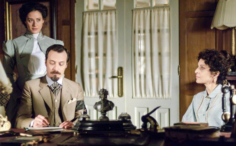 Alfredo (Fele Martínez) unterschreibt den Vertrag mit Doña Teresa (Adriana Ozores, re), ohne ihn zu lesen. – Bild: One