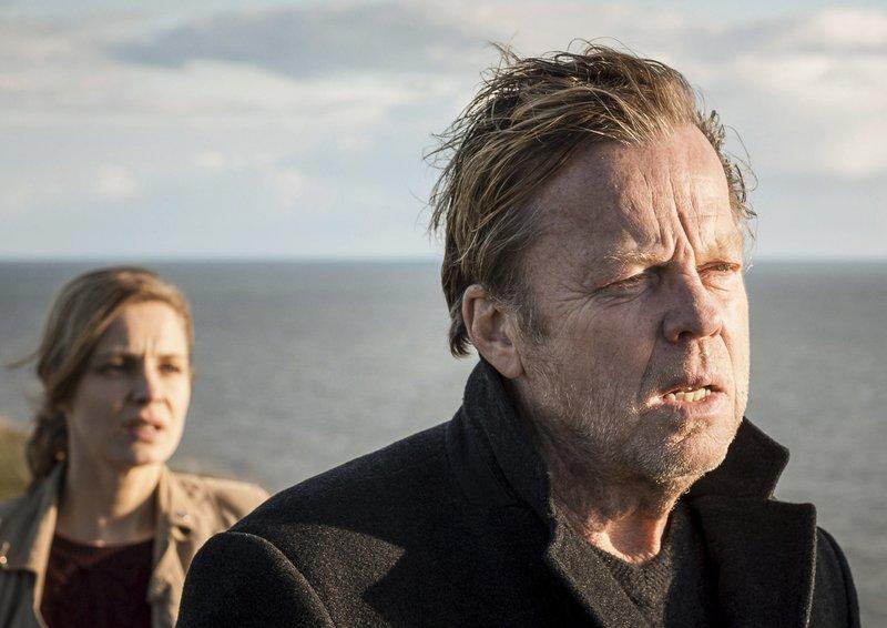 Linda Wallander (Charlotta Jonsson) will wissen, warum sich ihr Vater Kurt (Krister Henriksson) so seltsam verhält. – Bild: MDR/ARD Degeto/Yellow Bird/B. Bragason