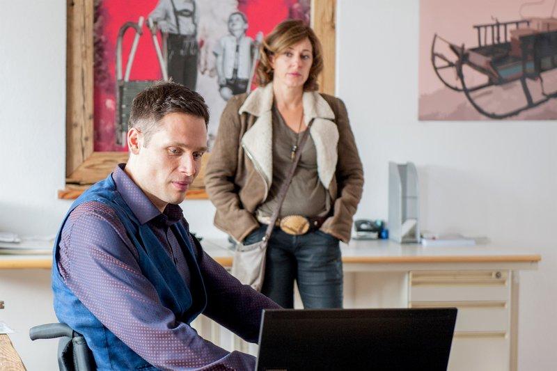 Martin Bergmann (Max Schober), Julia Cencig (Nina Pokorny). – Bild: SRF zwei