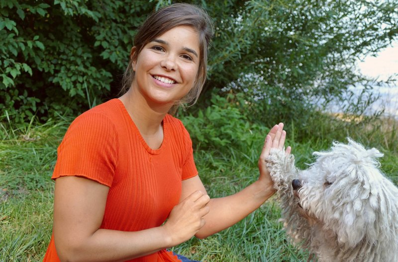 "Puli Benji macht ""High Five"" mit Anna. – Bild: BR/Text + Bild Medienproduktion"