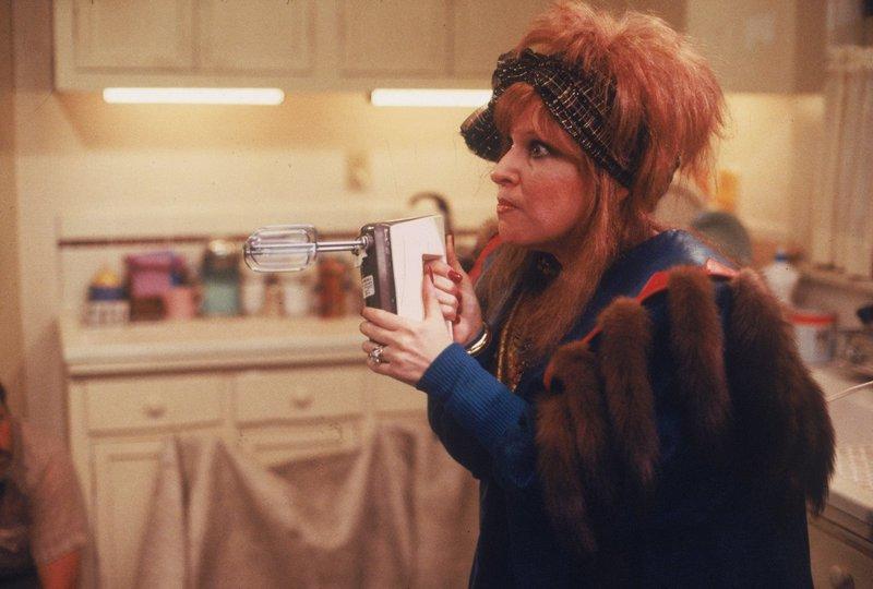 Schwer bewaffnet versucht sich Barbara Stone (Bette Midler), gegen ihre Entführer zur Wehr zu setzen ... – Bild: Touchstone Pictures/Laurel Moore Lizenzbild frei
