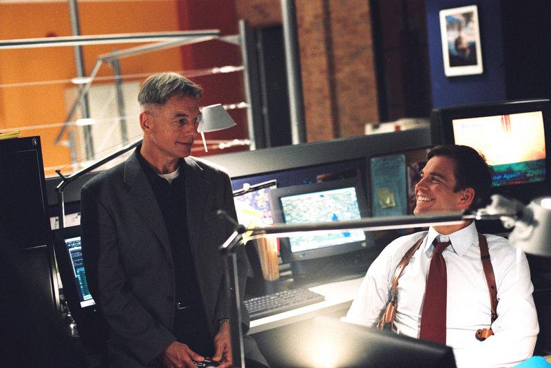 Durch einen Trick gelingt es Gibbs (Mark Harmon, l.) und Tony (Michael Weatherly, r.), einen Mord zu verhindern ... – Bild: CBS Television Lizenzbild frei