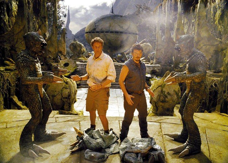 Rick (Will Ferrell, l.) und Will (Danny McBride) sind nach einer missglückten Zeitreise in einer mysteriösen Dimension gelandet, die eine Menge merkwürdiger Bewohner beherbergt. – Bild: SUPER RTL
