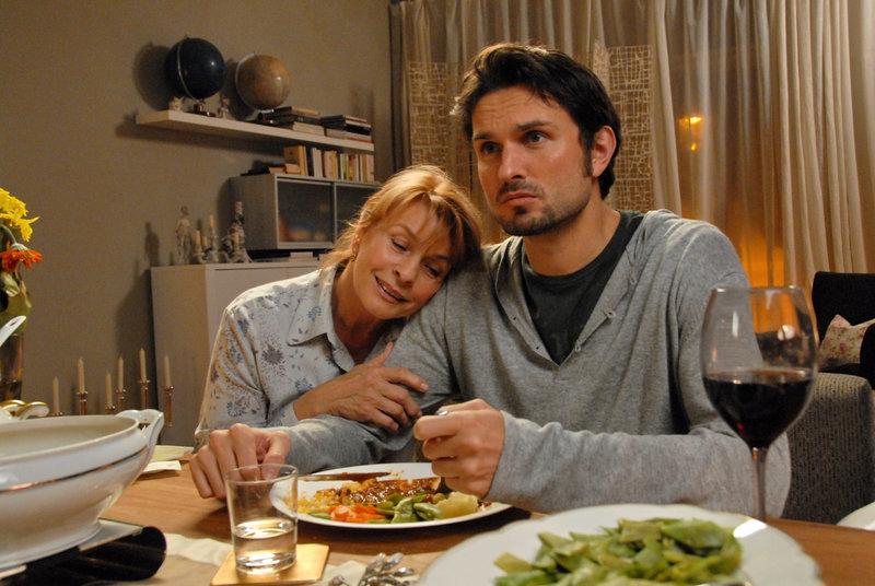 Für Sohn Thomas (Simon Verhoeven) hat Luise (Senta Berger) immer Verständnis. – Bild: ZDF und Susan R.Skelton