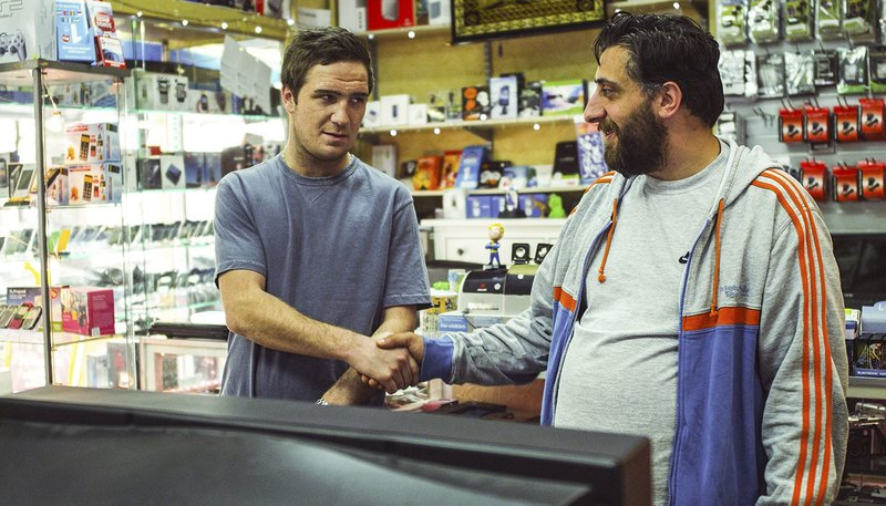 Daniel (Frederick Lau) trifft auf Ladenbesitzer Abbas (Kida Khodr Ramadan). – Bild: NDR/P. Safary, B. Volkwein