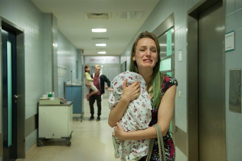 Mutter Nicole (Hanna Hilsdorf) ist außer sich: Ihr Baby gibt kein Lebenszeichen von sich. – Bild: ZDF und Britta Krehl.