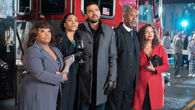 Grey's Anatomy Staffel 15 Folge 15 Chandra Wilson als Dr. Miranda Bailey, Kelly McCreary als Dr. Maggie Pierce, James Pickens Jr. als Dr. Richard Webber, Debbie Allen als Dr. Catherine Avery SRF/ABC Studios – Bild: SRF2
