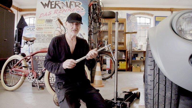 """Auf einem Hof bei Kiel wohnt einer der bekanntesten Comic-Zeichner Deutschlands: """"Werner""""-Erfinder Rötger Feldmann alias Brösel. Zu entdecken gibt es bei ihm immer etwas! – Bild: TVNOW"""