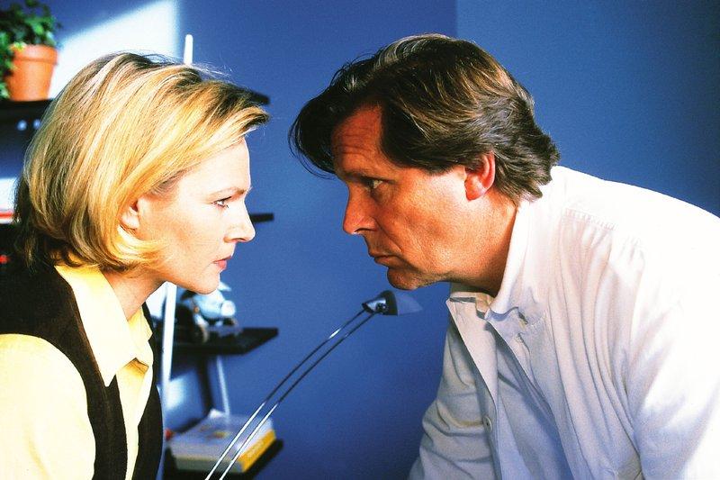 Stefan (Sigmar Solbach) will endlich von Susanne (Daniela Strietzel) wissen, wer Marcs Vater ist. Er hat einen Verdacht... – Bild: RTLplus