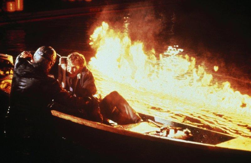 Tommy (Thom Mathews, r.) hat Jason (C. J. Graham, l.) in den See gelockt, um ihn mit einem Felsbrocken im See zu versenken. Leichter gesagt als getan ... – Bild: Paramount Pictures Lizenzbild frei