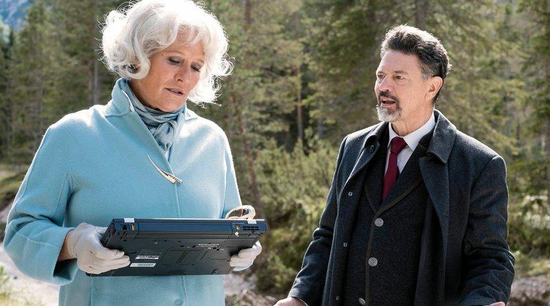 Isabel Levartis (Suzanne von Borsody) und der Bürgermeister Oberlander (Sebastian Baur) – Bild: NDR/Martin Rattini