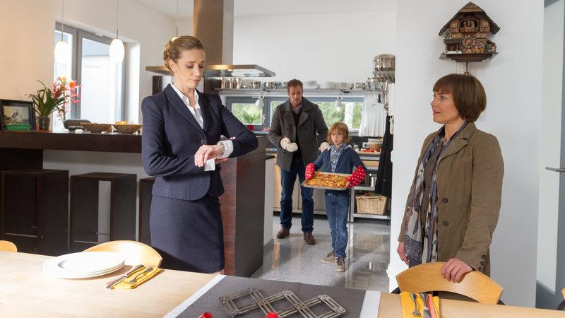 Saskia Martens (Kristin Meyer, l.), Lars Pöhlmann (Dominic Boeer, 2.v.l.), Jasper Martens (Arsseni Bultmann, 2.v.r.) und Katrin Börensen (Claudia Schmutzler, r.). – Bild: ZDF und Marc Meyerbroeker