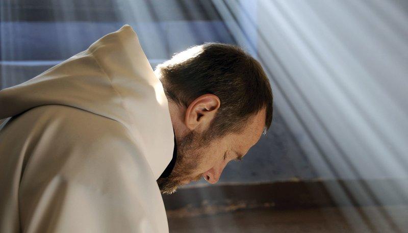 Christophe (Olivier Rabourdin) ist noch unentschlossen, ob die Mönche das Kloster nicht besser verlassen und nach Frankreich zurückkehren sollen. – Bild: WDR/NFP