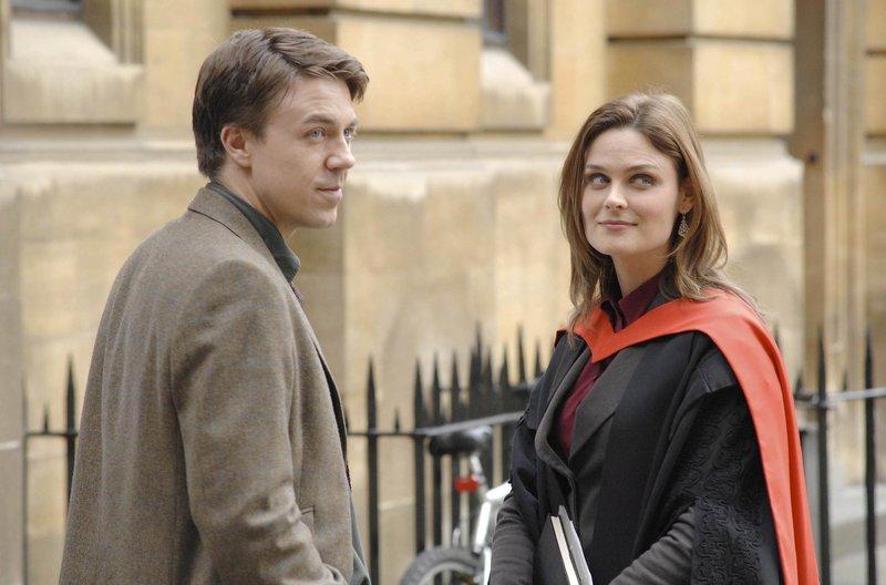 Der Dozent der Fakultät, an der Brennan (Emily Deschanel) in London einen Vortrag gehalten hat, Ian Wexler (Andrew Buchan), wird zu einem Einsatz gerufen und bittet Brennan, zum Tatort mitzukommen. – Bild: Fox