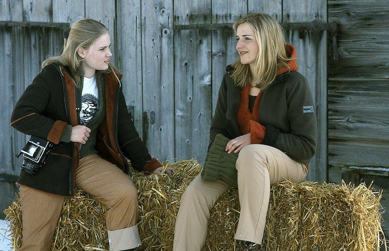 Julia (Sonja Bertram, l.) findet Pauline (Tanja Wedhorn), die sie für die neue Freundin ihres Bruders hält, sehr nett. – Bild: Joachim Bischoff