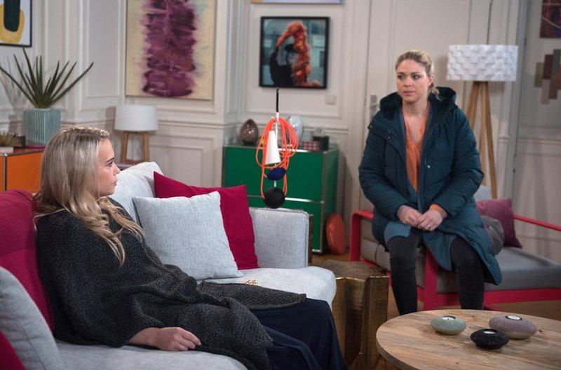Amelie (Lara-Isabelle Rentinck, l.) gesteht Britta (Jelena Mitschke, r.), dass all ihre Zukunftspläne zunichte gemacht wurden. – Bild: ARD/Nicole Manthey