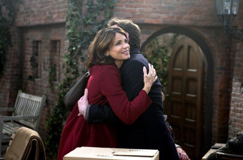 Cornelius (Tom Mikulla, r.) schließt Hilli (Gerit Kling, l.) freudig in die Arme. – Bild: ARD/Nicole Manthey