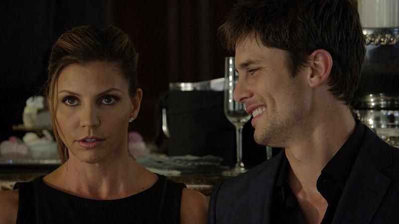 Michelle (Charisma Carpenter) lernt Ryan (Bryce Draper) in einem Restaurant kennen. Bei beiden scheint es Liebe auf den ersten Blick zu sein. Dennoch ist Ryan kein normaler Liebhaber. Er zeigt eine Affinität für S&M. Bei ihm muss sich Michelle vollkommen unterwerfen. – Bild: TL5