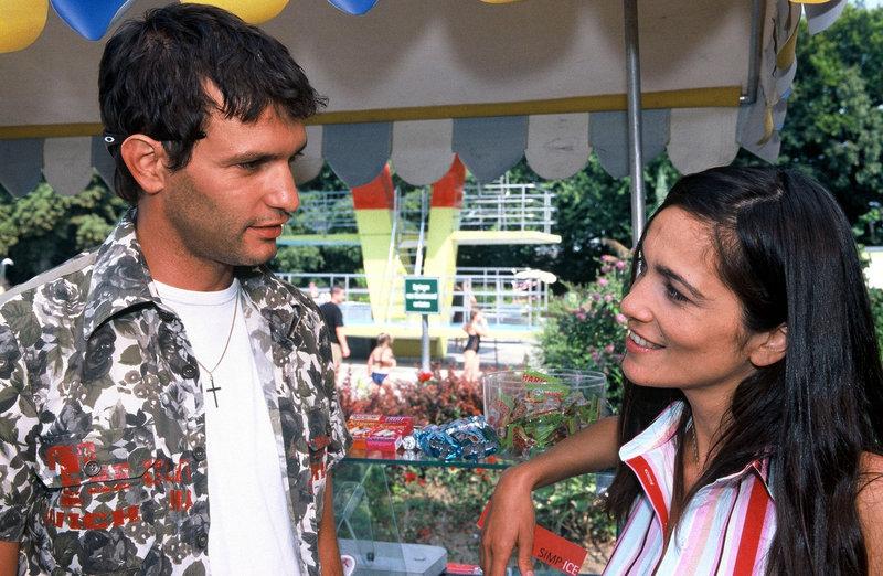 Gino (Luca Zamperoni, l.) flirtet mit Nesrin (Berivan Kaya, r.), die im Schwimmbad Eis verkauft. – Bild: Sat.1 Gold