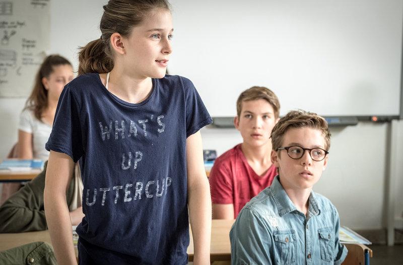 Mia (Marleen Quentin, links) ergreift als erste Partei f??r den Dieb der Englischarbeiten. – Bild: NDR/Boris Laewen
